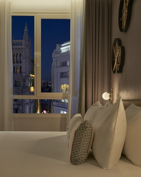 Hyatt-Centric-Gran-Via-Madrid-Junior-Suite-Pillows