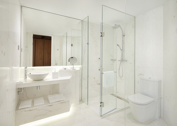 Hyatt-Centric-Gran-Via-Madrid-King-Gran-Via-View-Bath