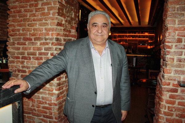 Tomás Gutiérrez en el área de coctelería de La Clave, El Secreto de Velázquez.