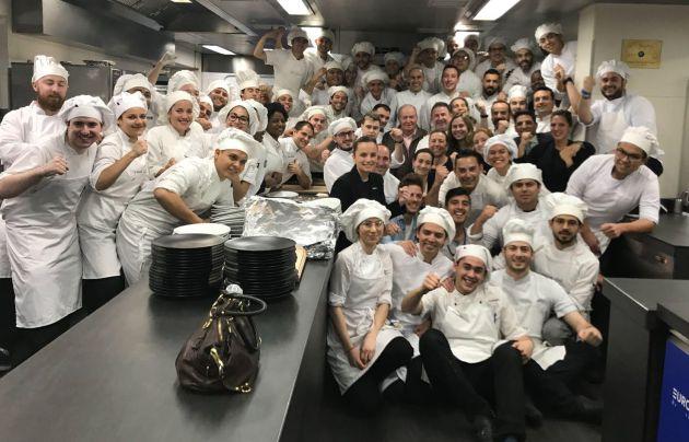El rey emérito, rodeado del equipo del restaurante Martín Berasategui. / MB