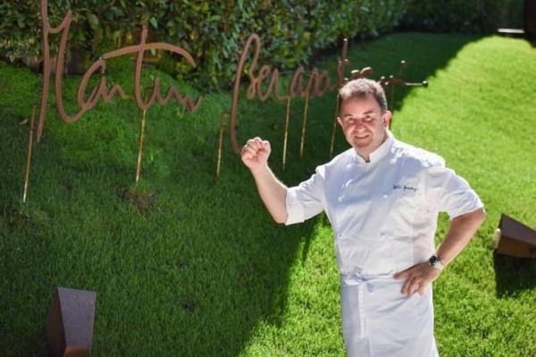 El chef Martín Berasategui, en la entrada de su restaurante en Lasarte, en una imagen de archivo. /RESTAURANTE MARTIN BERASATEGUI