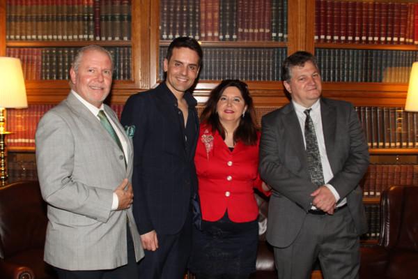 De izda a Derecha: Hernando Reyes, Director de Altum; Gustavo Egusquiza, yo misma y Eliseo González, anfitrión en el Casino. Foto: A.E.