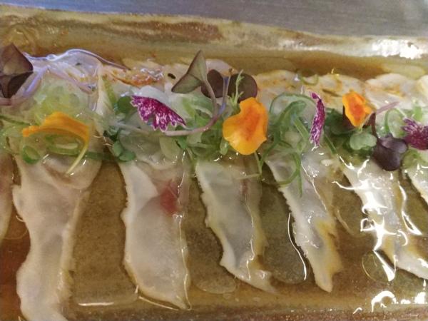 """Tiradito de Besugo """"frito al revés"""".Sambaitzu y aromas provenzales. Flores, hojas y brotes refrescantes de huerta."""