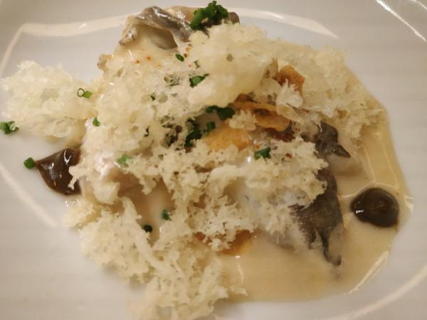 """Cococha """"al pil-pil de miso ahumado"""", emulsión de ajo negro japonés y, migas crujientes de tempura."""