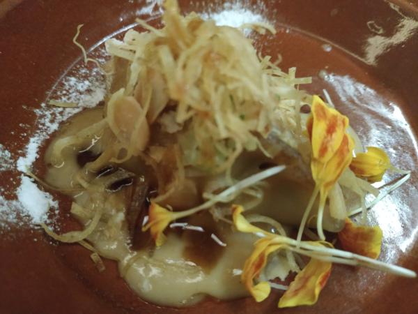 Gyoza de Pintada de Bresse en Pepitoria japonesa, foie y toques morunos.