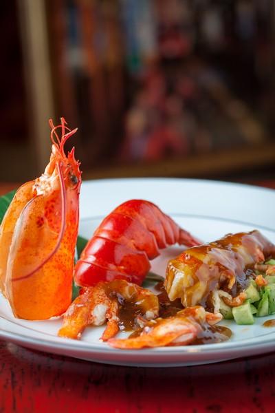 Bogavante al wok con jengibre y cebolleta, al vino de arroz de reserva, con el jugo de su cabeza y aguacate