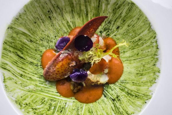 Bogavante sobre tartar de papaya, clorofila de albahaca con jugo de corales