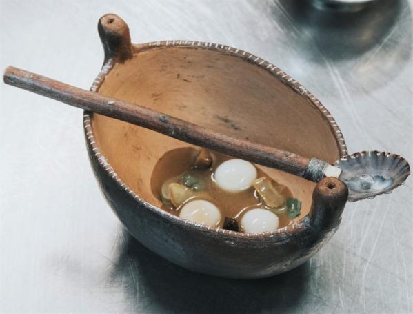 Ñoquis de papas bonitas antiguas con caldo mineral y torrefacto de sus pieles