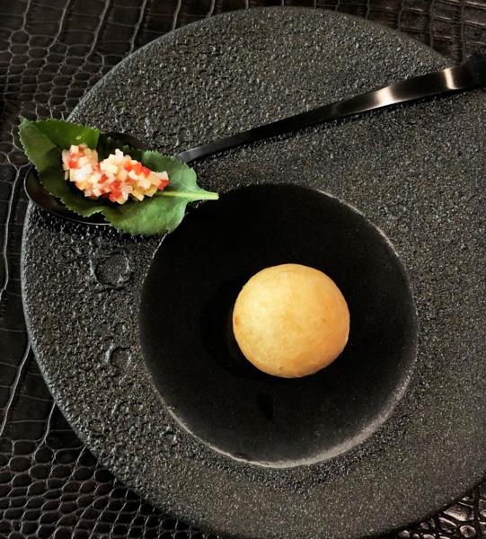 Mini buñuelo de tuétanos y mollejas de corazón con verduras encurtidas en vinagre de arroz