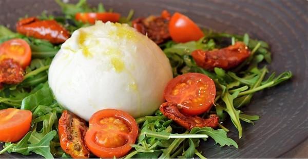 Burrata della puglia con rucola, pomodori secchi e cherry.