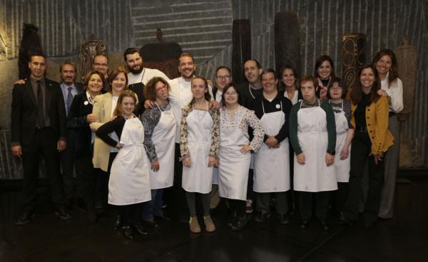 gastrosytyle---AURA FUNDACIÓN Y DOWN MADRIDón, Director Restauración Hotel Urban junto a los participantes de Aura y Down Madrid