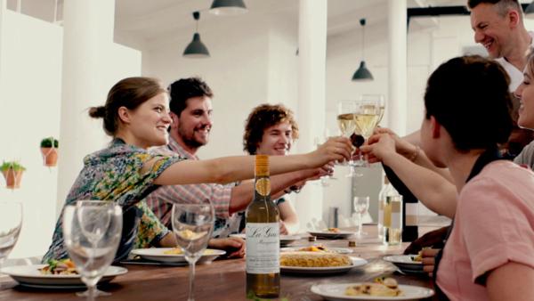 Un grupo de amigos disfrutando del Kit de Picoteo de La Guita.