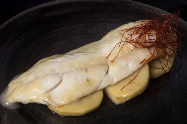 "Una lubina desnuda al pipil sobre cama de patata homenaje a ""La Maja Desnuda"" de Francisco de Goya"