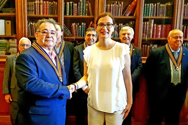 Pepe Filloa felicitado por Sophie Boulié, tras recibir el Gran Collar de la Orden del Culto a Paul Bocuse en la biblioteca del Hôtel de Ville de Paris. MD. LA CLAVE - RABO DE TORO / PRESS KIT: FOTO (ALTA / MEDIA) - VIDEO La clave