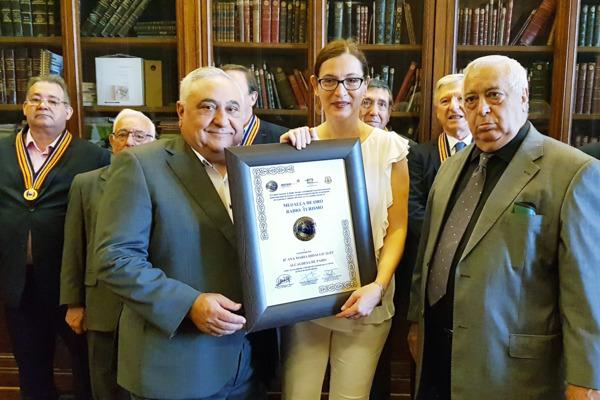 Tomás Gutiérrez entrega el diploma acreditativo de la Medalla de Oro de Radio de Radio Turismo a Sophie Boulié. Abajo, Pepe Filloa. MD.