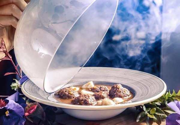 Albóndigas caseras de solomillo con puré de patatas trufado