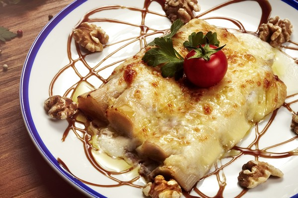 Puerros gratinados con queso de León y nueces