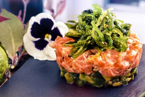 Tartar de salmón aguacate y goma wakame