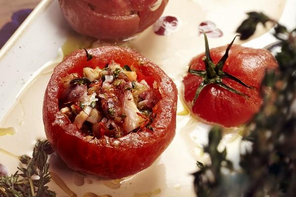 Tomates rellenos de salpicón con mayonesa de gazpacho