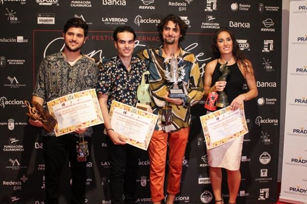 Los ganadores de la noche con sus respectivos premios.