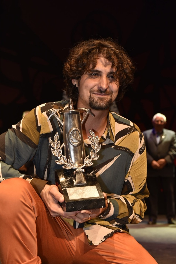 Matías López Expósito con su premio en las manos.