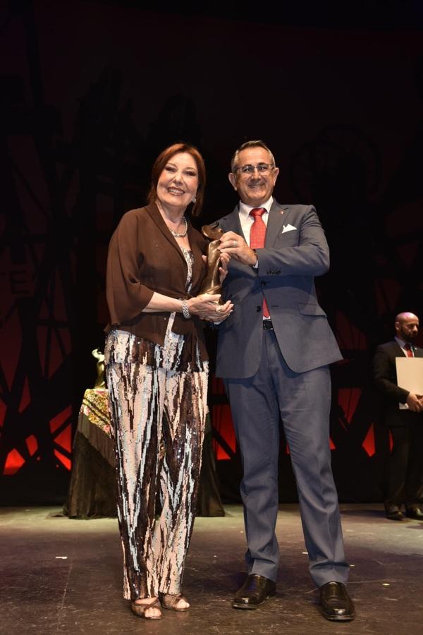 Blanca del Rey, Premio Desplante Honorífico, con el alcalde de La Unión, Pedro López Milán.